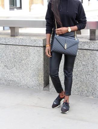 Cómo combinar: bolso bandolera de cuero acolchado negro, deportivas negras, pantalones pitillo de cuero negros, sudadera con capucha negra