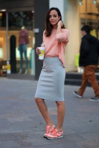Cómo combinar: deportivas rosadas, falda lápiz gris, camiseta de manga larga rosada