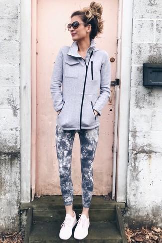 Combinar unas deportivas rosadas: Un jersey con cremallera de forro polar gris y unos leggings efecto teñido anudado en gris oscuro son una opción inigualable para el fin de semana. ¿Quieres elegir un zapato informal? Complementa tu atuendo con deportivas rosadas para el día.
