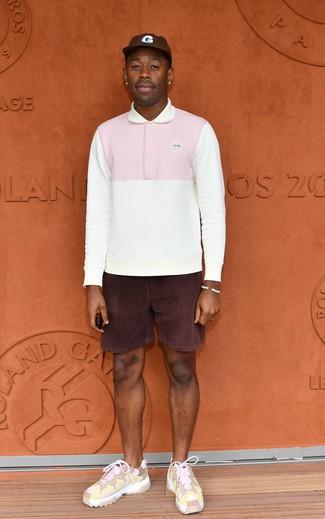 Combinar un polo de manga larga blanco: Emparejar un polo de manga larga blanco junto a unos pantalones cortos de pana morado oscuro es una opción perfecta para un día en la oficina. Si no quieres vestir totalmente formal, complementa tu atuendo con deportivas rosadas.