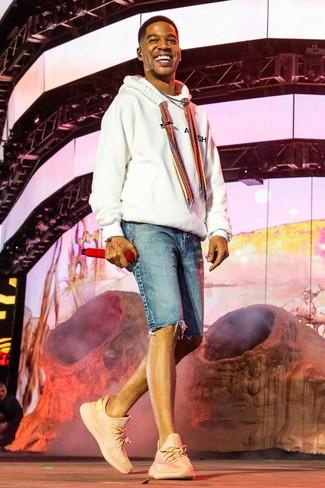 Cómo combinar: deportivas rosadas, pantalones cortos vaqueros azules, sudadera con capucha blanca