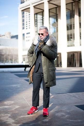 Combinar unas deportivas en rojo y negro: Intenta ponerse una parka verde oliva y un traje de lana en gris oscuro para el after office. Si no quieres vestir totalmente formal, usa un par de deportivas en rojo y negro.