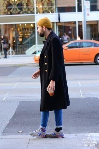 Combinar un gorro marrón claro: Para un atuendo tan cómodo como tu sillón considera ponerse un abrigo largo azul marino y un gorro marrón claro. Deportivas grises añaden un toque de personalidad al look.
