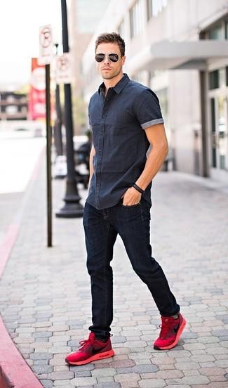 Combinar unas deportivas en rojo y negro: Empareja una camisa de manga corta azul marino junto a unos vaqueros azul marino para lidiar sin esfuerzo con lo que sea que te traiga el día. Si no quieres vestir totalmente formal, elige un par de deportivas en rojo y negro.
