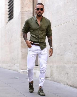 Combinar unos vaqueros blancos: Opta por una camisa de manga larga verde oliva y unos vaqueros blancos para una vestimenta cómoda que queda muy bien junta. Deportivas verde oliva resaltaran una combinación tan clásico.