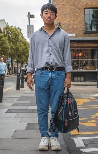 Combinar unas deportivas blancas: Equípate una camisa de manga larga de lino gris con unos vaqueros azules para un look diario sin parecer demasiado arreglada. ¿Quieres elegir un zapato informal? Opta por un par de deportivas blancas para el día.