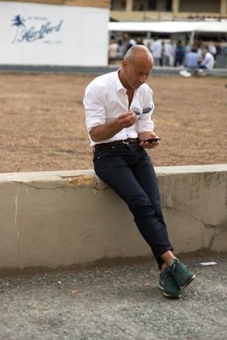 Combinar unas deportivas verde oscuro: Utiliza una camisa de manga larga blanca y unos vaqueros azul marino para una apariencia fácil de vestir para todos los días. Si no quieres vestir totalmente formal, completa tu atuendo con deportivas verde oscuro.