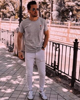 Cómo combinar: gafas de sol en gris oscuro, deportivas en blanco y negro, vaqueros blancos, camiseta con cuello circular estampada gris