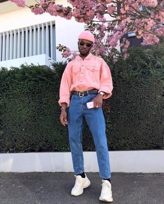 Cómo combinar: gorro rosado, deportivas en beige, vaqueros azules, chaqueta vaquera rosada