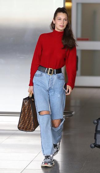 Cómo combinar: bolsa tote de cuero estampada marrón, deportivas grises, vaqueros desgastados celestes, jersey de cuello alto rojo
