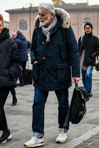 Combinar una mochila de lona negra: Empareja una parka azul marino junto a una mochila de lona negra para un look agradable de fin de semana. Con el calzado, sé más clásico y elige un par de deportivas blancas.