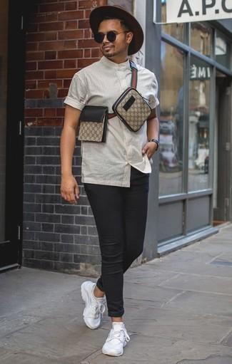 Combinar una camisa de manga corta de rayas verticales blanca: Emparejar una camisa de manga corta de rayas verticales blanca junto a unos vaqueros pitillo negros es una opción estupenda para el fin de semana. ¿Quieres elegir un zapato informal? Elige un par de deportivas blancas para el día.