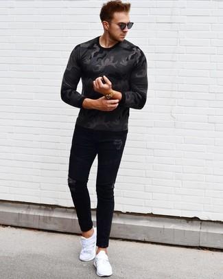 Cómo combinar: gafas de sol negras, deportivas blancas, vaqueros pitillo desgastados negros, camiseta de manga larga de camuflaje en gris oscuro