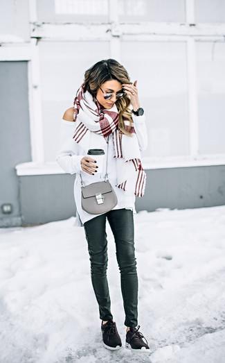 Cómo combinar: bolso bandolera de cuero gris, deportivas en marrón oscuro, vaqueros pitillo de cuero negros, jersey oversized blanco