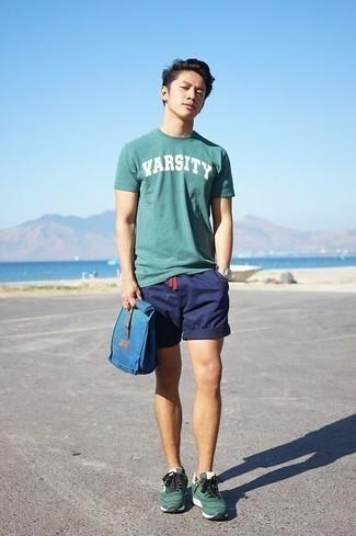 Combinar unas deportivas verde oscuro: Una camiseta con cuello circular estampada verde oscuro y unos pantalones cortos azul marino son una opción inigualable para el fin de semana. ¿Por qué no añadir deportivas verde oscuro a la combinación para dar una sensación más relajada?