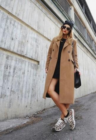 Cómo combinar: bolso bandolera de cuero negro, deportivas de leopardo marrón claro, vestido casual negro, abrigo marrón