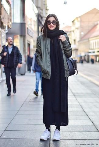 Cómo combinar: bolso bandolera de cuero negro, deportivas blancas, vestido largo negro, cazadora de aviador verde oliva