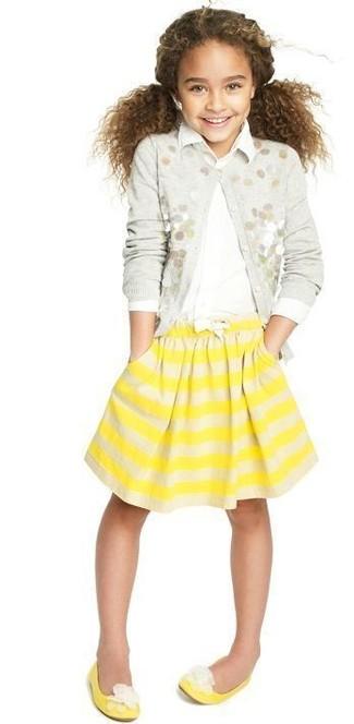 Cómo combinar: bailarinas amarillas, falda de rayas horizontales amarilla, camisa de vestir blanca, cárdigan con adornos gris