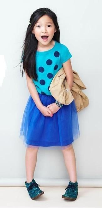 Cómo combinar: botas safari en verde azulado, falda de malla azul marino, camiseta a lunares en turquesa, blazer en beige