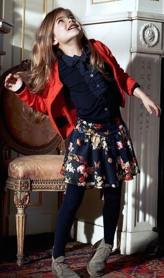 Cómo combinar: botas safari grises, falda con print de flores azul marino, camisa de vestir azul marino, cárdigan rojo