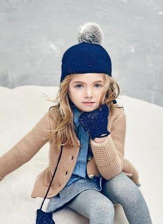 Cómo combinar: guantes azul marino, falda gris, camisa de vestir azul, cárdigan marrón claro