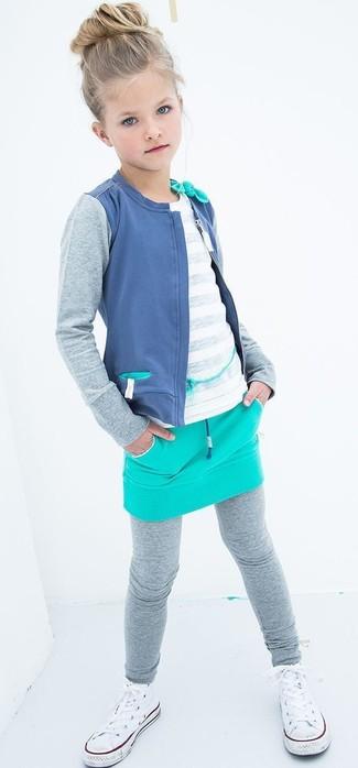 Cómo combinar: leggings grises, falda en turquesa, camiseta blanca, cárdigan azul