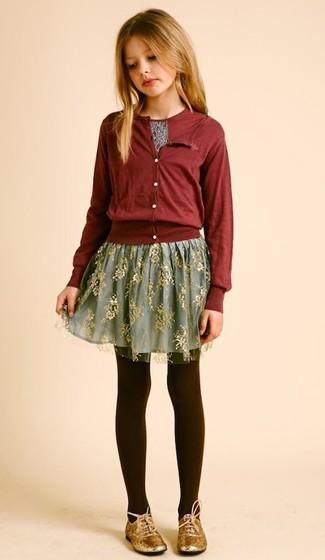 Cómo combinar: zapatos oxford dorados, falda de tul gris, camiseta estampada burdeos, cárdigan burdeos