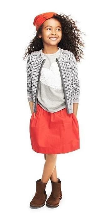 Cómo combinar: botas ugg en marrón oscuro, falda roja, camiseta de lentejuelas gris, cárdigan estampado gris