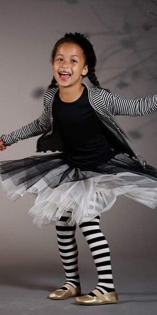 Cómo combinar: bailarinas doradas, falda de malla blanca, camiseta negra, cárdigan de rayas horizontales en blanco y negro