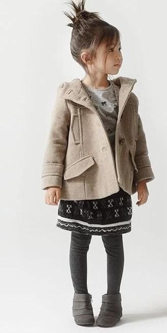 Cómo combinar: botas grises, falda negra, camiseta de manga larga gris, abrigo en beige