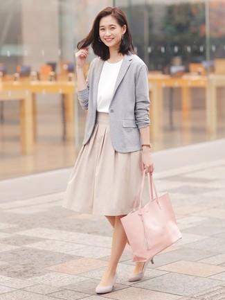 Cómo combinar: zapatos de tacón de ante grises, falda campana en beige, blusa de manga corta blanca, blazer de punto gris