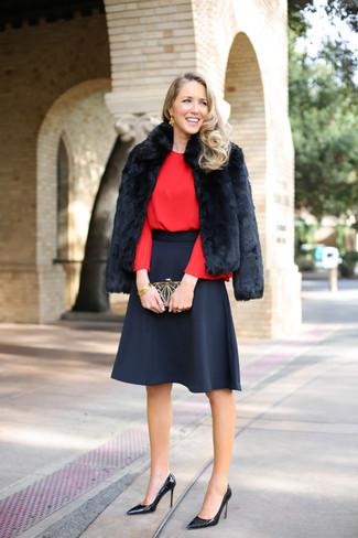 Cómo combinar: zapatos de tacón de cuero negros, falda campana negra, blusa de manga larga roja, chaqueta de piel negra