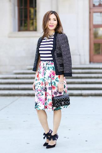 Cómo combinar: zapatos de tacón de ante negros, falda campana con print de flores blanca, blusa sin mangas de rayas horizontales en blanco y azul marino, chaqueta de tweed azul marino
