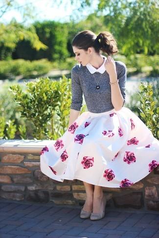 Combinar un jersey con cuello circular gris: Utiliza un jersey con cuello circular gris y una falda campana con print de flores en blanco y rosa para una apariencia fácil de vestir para todos los días. Bailarinas de cuero grises son una opción excelente para complementar tu atuendo.