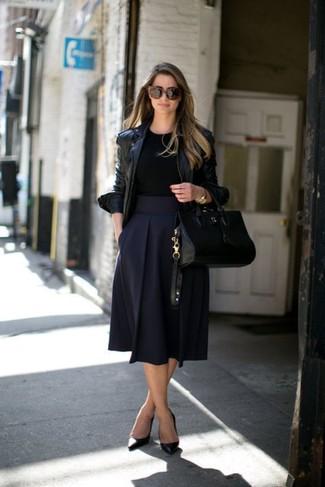 Combinar una falda campana azul marino: Para crear una apariencia para un almuerzo con amigos en el fin de semana elige una chaqueta motera de cuero negra y una falda campana azul marino. Complementa tu atuendo con zapatos de tacón de cuero negros.