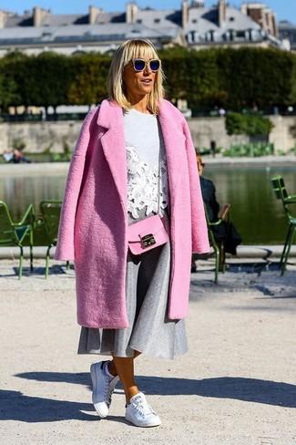 Cómo combinar: tenis de cuero blancos, falda campana gris, jersey con cuello circular bordado gris, abrigo rosa