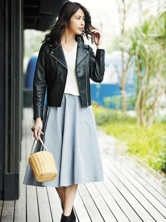 Cómo combinar: botines de ante negros, falda campana de rayas horizontales azul, jersey de pico blanco, chaqueta motera de cuero negra
