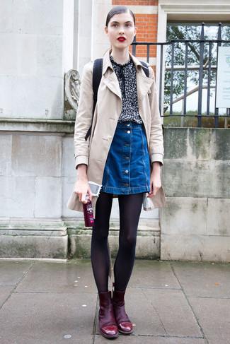 Cómo combinar: botines de ante burdeos, falda con botones vaquera azul, blusa de manga corta estampada negra, gabardina en beige