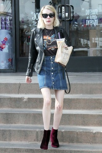 Cómo combinar: botines de terciopelo burdeos, falda con botones vaquera azul marino, camiseta con cuello circular estampada negra, chaqueta motera de cuero negra