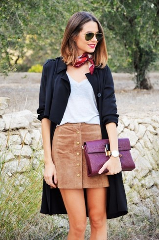 Cómo combinar: cartera sobre de cuero morado, falda con botones de ante marrón claro, camiseta con cuello en v blanca, abrigo duster negro