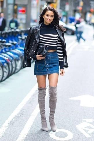 Cómo combinar: botas sobre la rodilla de ante grises, falda con botones vaquera azul, jersey corto de rayas horizontales en azul marino y blanco, chaqueta motera de cuero negra