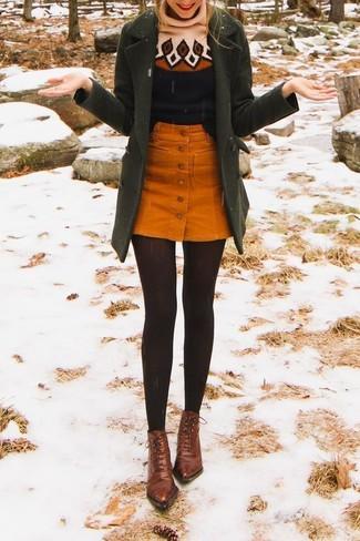 Cómo combinar: botines con cordones de cuero marrónes, falda con botones de pana naranja, jersey de cuello alto de lana estampado negro, abrigo verde oliva