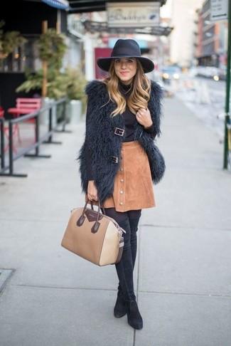 Cómo combinar: botas sobre la rodilla de ante negras, falda con botones de ante marrón claro, jersey de cuello alto negro, chaleco de pelo negro