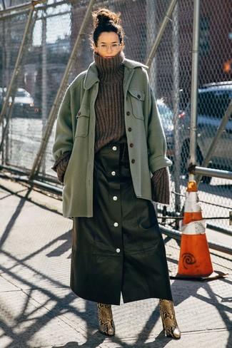 Cómo combinar: botines de cuero con print de serpiente marrónes, falda con botones de cuero negra, jersey de cuello alto de lana de punto en gris oscuro, chaqueta estilo camisa de lana verde