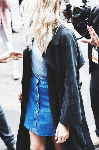 Cómo combinar: falda con botones vaquera azul, camiseta con cuello circular gris, gabardina negra