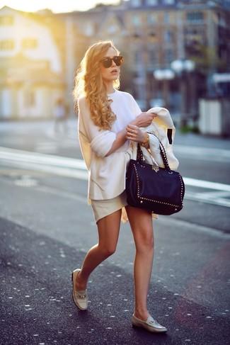 Cómo combinar: mocasín de cuero en beige, falda con volante blanca, jersey oversized blanco, blazer blanco