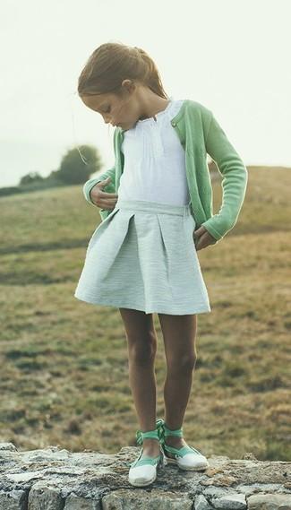 Cómo combinar: bailarinas en verde menta, falda en verde menta, camiseta blanca, cárdigan verde