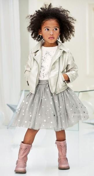 Cómo combinar: botas de cuero rosadas, falda de estrellas gris, camiseta de estrellas blanca, chaqueta de cuero plateada