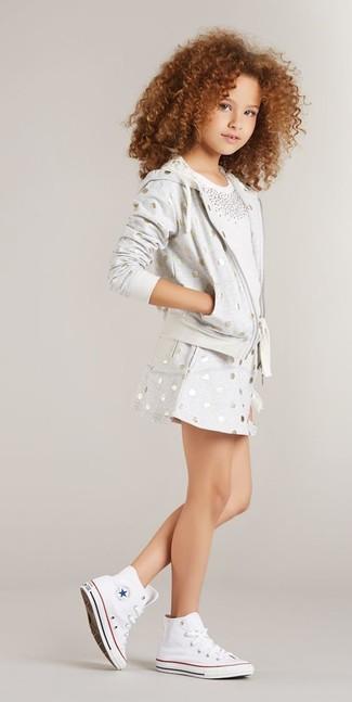 Cómo combinar: zapatillas blancas, falda a lunares gris, camiseta con adornos blanca, sudadera con capucha a lunares gris