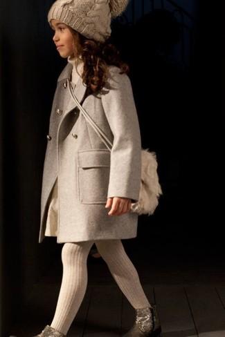 Cómo combinar: botas doradas, falda en beige, jersey en beige, abrigo en beige